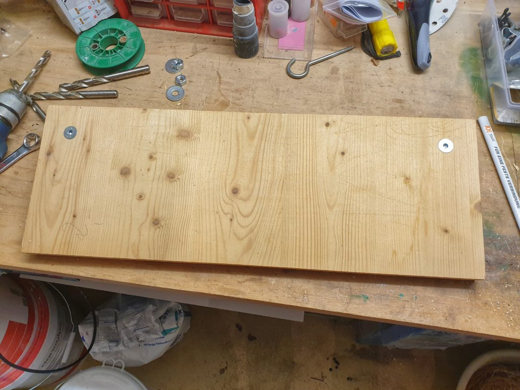 Trainingsboard-Montage: Grundplatte mit durchgeführten M10 Schrauben von hinten